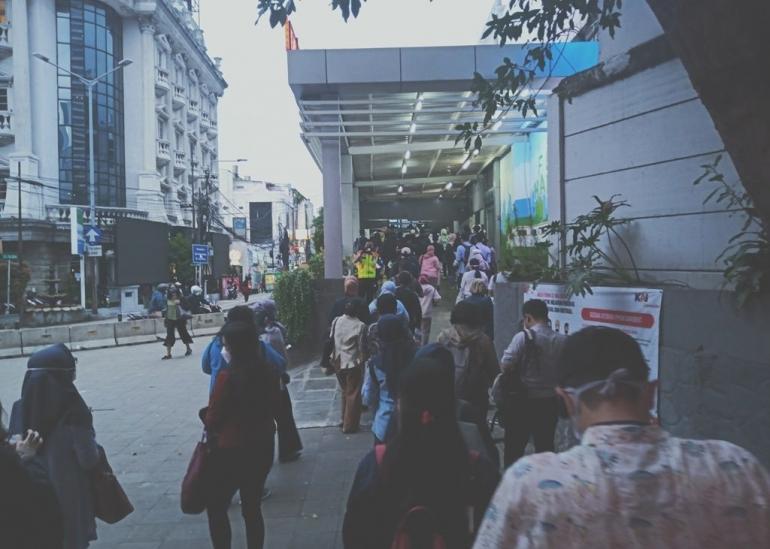 Antrean untuk masuk ke Stasiun Sudirman (foto by widikurniawan)
