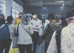 Petugas memeriksa kelengkapan persyaratan calon penumpang KRL Commuterline (foto by widikurniawan)