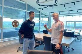 Ronaldo mendengarkan wejangan dari Solskjaer di Carrington (bola.com)