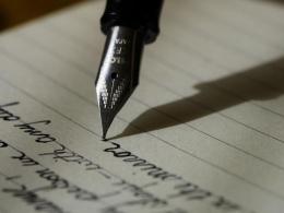 Menulis dengan pena (qureta.com)