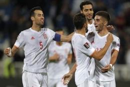 Pemain Spanyol merayakan gol ke gawang Kosovo. (via vbetnews.com)