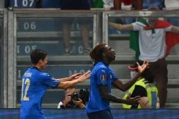Moise Kean (kanan) merayakan gol saat Italia membantai Lithuania 5-0. foto: afp/vincenzo pinto dipublikasikan kompas.com
