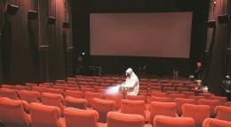 Kegiatan disinfeksi suatu studio bioskop. (sumber: https://indianexpress.com/)