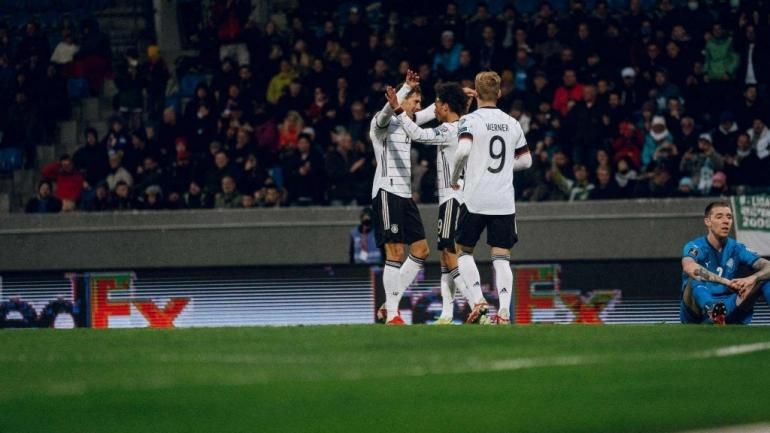 Pemain Jerman merayakan gol ke gawang Islandia. (via sportslumo.com)