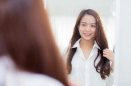 Ilustrasi positive self-talk yang sedang dilakukan oleh seorang perempuan | sumber:istockphoto