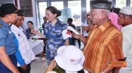 dr. Jhonsen Indrawan (kiri) membantu tim medis Angkatan Laut China sebagai penterjemah pada baksos SBJ LXII Sail Komodo, liputan6.com 16/9/2013