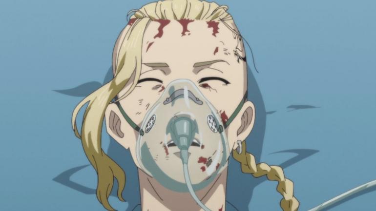 Draken saat dibawa oleh ambulan menuju rumah sakit. (Sumber: Kodansha, Tokyo Revengers episode 11)
