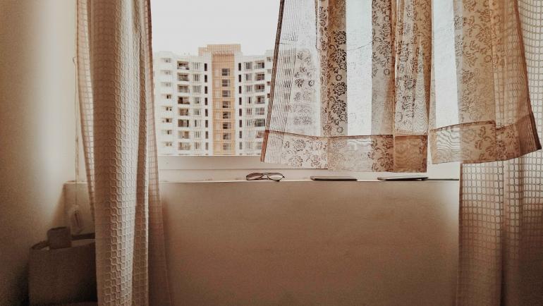 Kenyamanan di dalam rumah yang membuat kita takut untuk keluar (Photo by Amith Nair on Unsplash)
