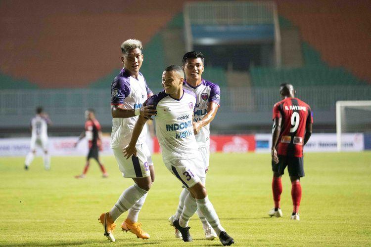 Ahmad Hardianto, Harrison, dan Irsyad Maulana (ki-ka) merayakan gol ke gawang Persipura, Sabtu (28/8/2021) malam: Dokumentasi Persita via Kompas.com