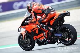 Dengan motor KTM yang pendek rangka badan utamanya, Petrucci tidak dapat menunduk secara maksimal. Sumber: via Motorsport.com