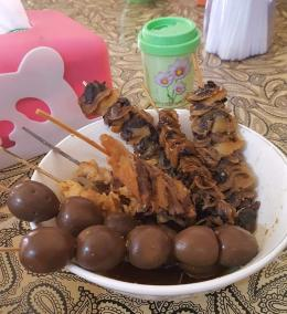 Sate telur puyuh, sate daging ayam, dan sate kerang. Sate kerang ini sangat khas Semarang (Foto : Dokpri MomAbel)