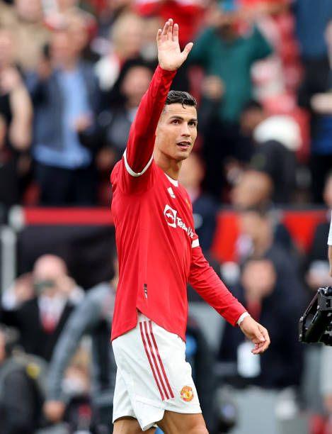 Ronaldo melambaikan tangannya kepada supporter Manchester United usai pertandingan (Photo by Clive Brunskill/Getty Images)