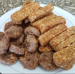 Perkedel kentang dan tempe goreng pelengkap makan soto (Foto : Dokpri MomAbel)