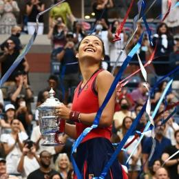 Image: Senyum bahagia Raducanu (indidesport.co)