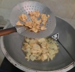 Foto saat menggoreng bawang putih dan kentang. Dokpri Yuliyanti
