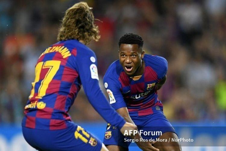Pemain muda Barcelona, Ansu Fati merayakan golnya bersama Antoine Griezmann. (Foto: SERGIO ROS DE MORA / NURPHOTO via kompas.com)