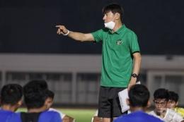 Shin Tae-yong dalam sesi latihan timnas, sumber gambar kompas.com