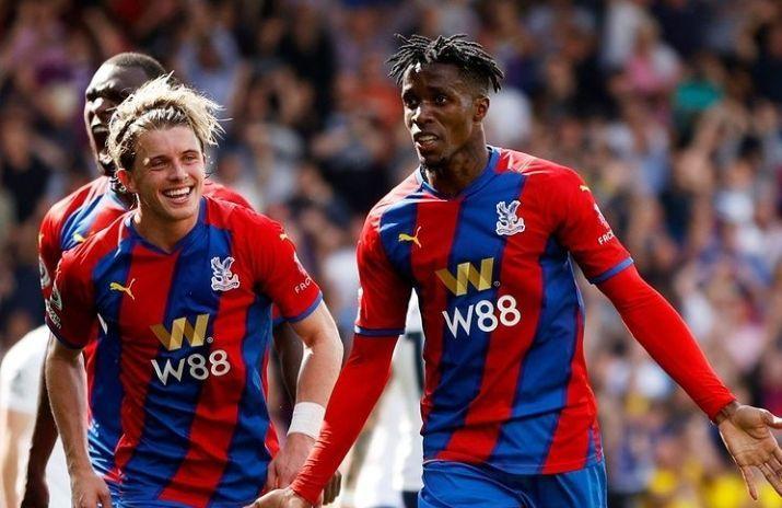 Pemain Crystal Palace merayakan gol ke gawang Tottenham Hotspur. (via instagram/@cpfc)