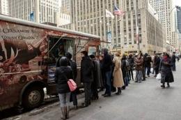 New Yorker antri membeli makanan di food truck. Foto: gotravelly.com