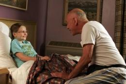 Olive sangat dekat dengan si kakek (sumber gambar: IMDb)