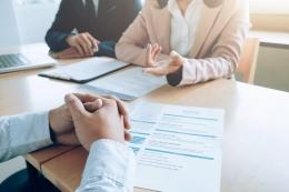 Seorang Kandidat Pelamar Kerja Dalam Sesi Interview   Sumber: Ilustrasi melamar pekerjaan (FREEPIK/IJEAB)