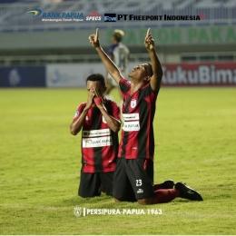 Foto: Ramai Rumakiek dan Todd Rivaldo Ferre Melakukan Selebrasi gol/Sumber: Akun Instagram @persipurapapua1963