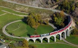 Bernina Express melalui Brusio Spiral Viaductyang sangat terkenal. Sumber: Kabelleger / David Gubler