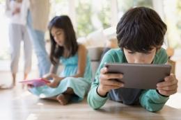 Ilustrasi anak-anak asyik dengan ponsel cerdasny (layar bercahaya). Sumber: Techcrunch via Kompas.com