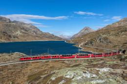 Bernina Express melintas di Lago Bianco- Swiss. Sumber: Kabelleger / David Gubler