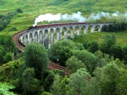 Kereta uap West Highlandmelintas di Glenfinnan Viaduct- Skotlandia. Sumber: de Benutzer Nicholas17