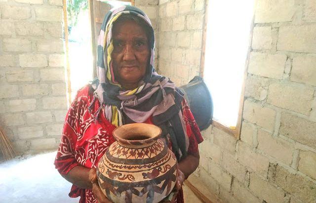 Mama Siti Hajar dengan gerabah Ub karnyanya *dokumentasi pribadi