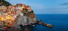 Desa Manarola, salah satu desa yang dilewati kereta Cinque Terre. Sumber: www.railbookers.com