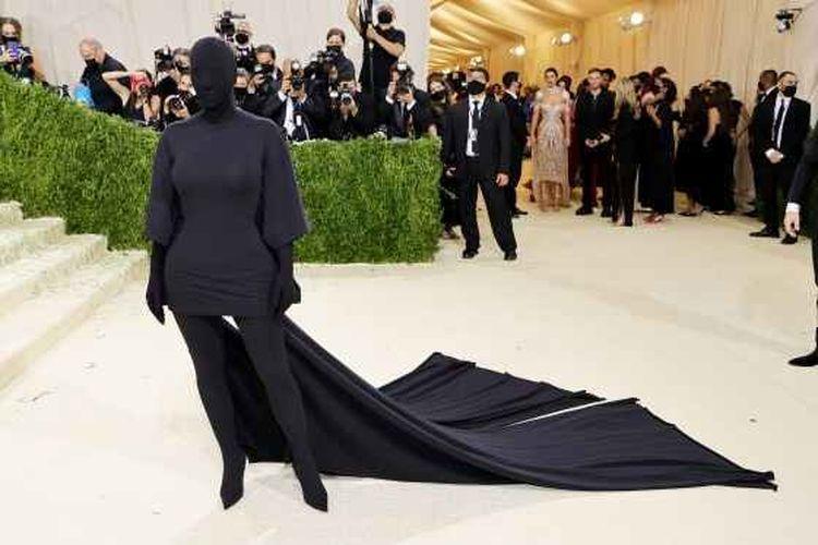Foto Kim Kardashian berbalut busana (Getty Images/Mike Copolla via Kompas)