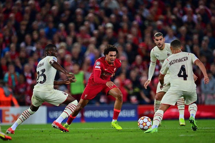 Tren Alexander Arnold berkontribusi dalam gol pertama Liverpool ke gawang Milan (Foto AFP/Paul Ellis via Kompas.com).