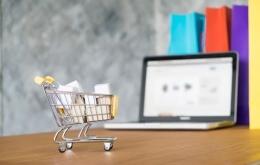 Salah satu kelebihan belanja online adalah harga lebih murah (sumber foto Freepik.com)