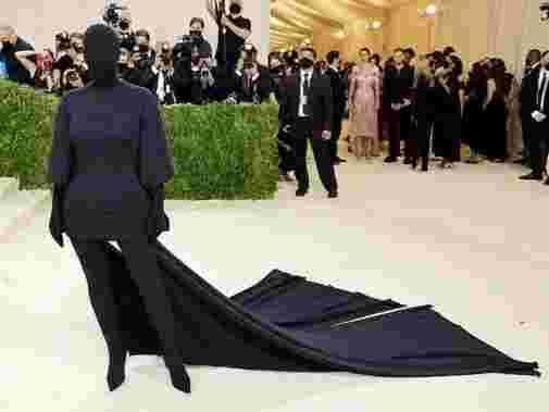 Baju Faceless Kim Kardashian di Met Gala. Foto: Getty Images via cosmopolitan.com