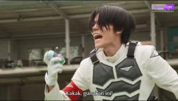 Daichi memberikan Eagle Vistamp kepada kakaknya. Gambar: Tangkapan layar pribadi.