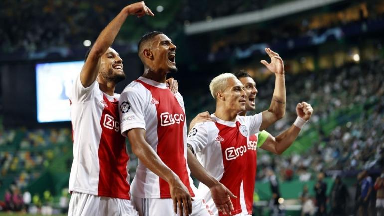 Pemain Ajax Amsterdam merayakan gol ke gawang Sporting Lisbon. (via newsbinding.com)