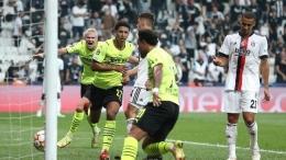 Para pemain Borussia Dortmund merayakan gol kemenangan atas Besiktas pada Liga Champion 2021/2022. Foto: Alex Grimm/Getty Images via detik.com