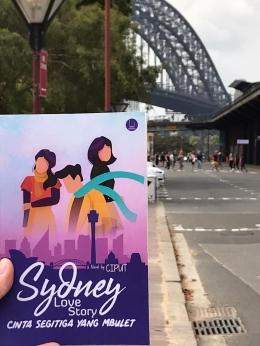 Foto: Novel Karya Penulis mejeng di Martin Place, Sydney. Sumber: Dokumen Pribadi.