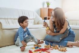 Ilustrasi pola asuh orangtua membantu anak untuk bersosialisasi dengan lingkungan. | Sumber: Shutterstock via Kompas.com