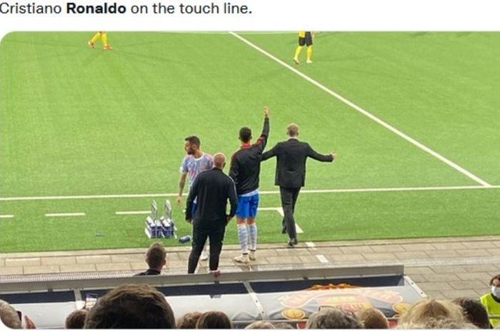 Momen saat Cristiano Ronaldo memberikan instruksi saat laga Young Boys vs Manchester United di Liga Champions 2021-2022. Sumber: bolastylo.com