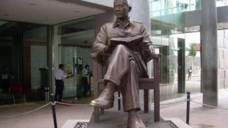 Bung Karno Membaca (sumber : sejarahlengkap. com)