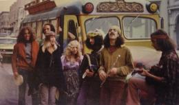 Foto kaum Hippie di tahun 1960-an (Sumber: https://medium.com/california-countercultures)