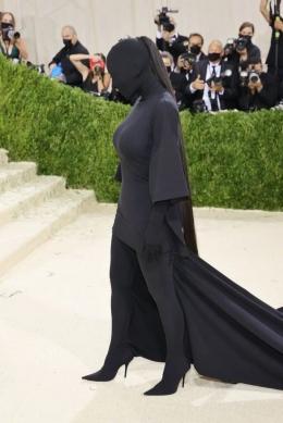 Kim Kadarshian dalam balutan busana karya Balenciaga di Met Gala 2021. Foto: gettyimages