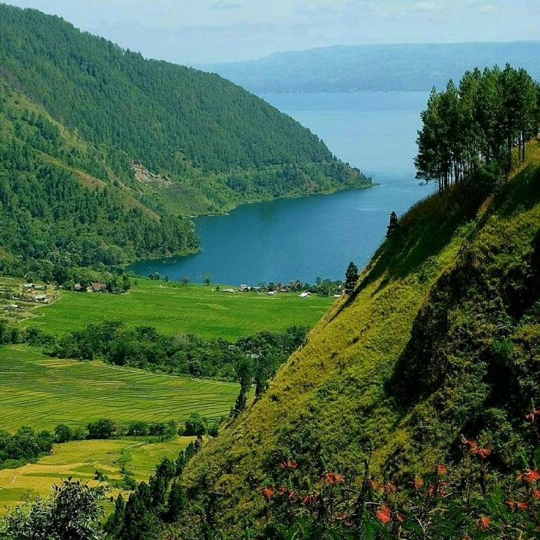 Panorama keindahan alam danau Toba. (Foto: Instagram wonderful_laketoba)