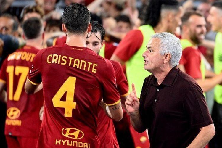 Jose Mourinho, pelatih AS Roma yang menjadi harapan para suporter meraih scudetto Serie A (Foto AFP/Vicenzo Pinto via Kompas.com).