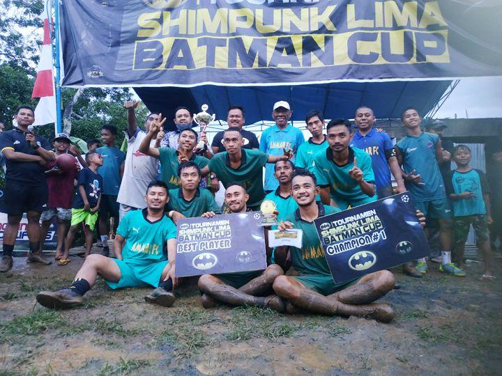 Pose bersama pemain Ammar Fc seusai menerima hadiah