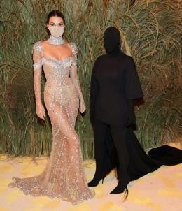 Kendall Jenner dan Kim Kadarshian|Sumber gambar : wmagazine
