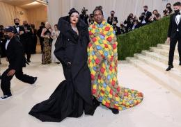 Rihanna dan ASP Rocky yamg memakai pakaian mirip selimut di Met Gala 2021. | Getty Images/ Vogue.com